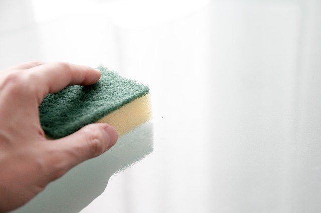 Cleaning walls with sponge